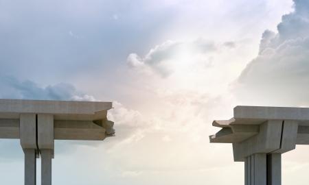 Een gat in de betonnen brug advertentie een symbool van het risico en gevaar