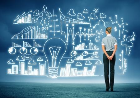 ビジネス スケッチに対して立っている実業家の背面図イメージ