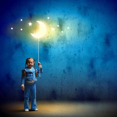 noche y luna: Imagen de la ni�a linda con la luna en la cuerda