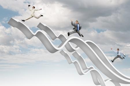 흰색 화살표의 성장 개념에 점프하는 젊은 기업인