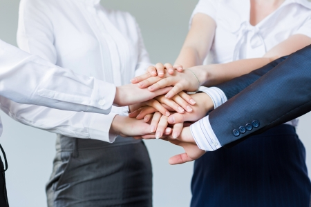 Les gens d'affaires faire des tas de mains concept de partenariat