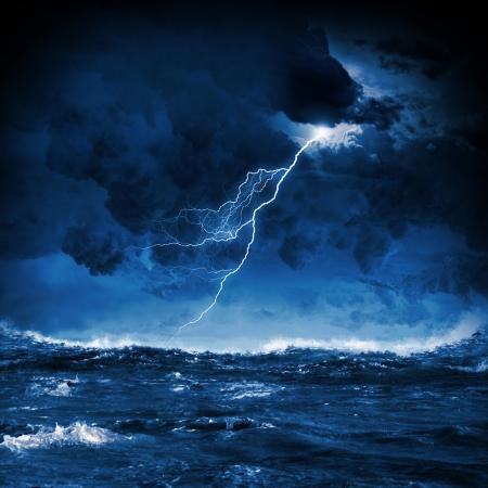 temp�te: Image de la nuit mer orageuse avec de grosses vagues et de la foudre Banque d'images