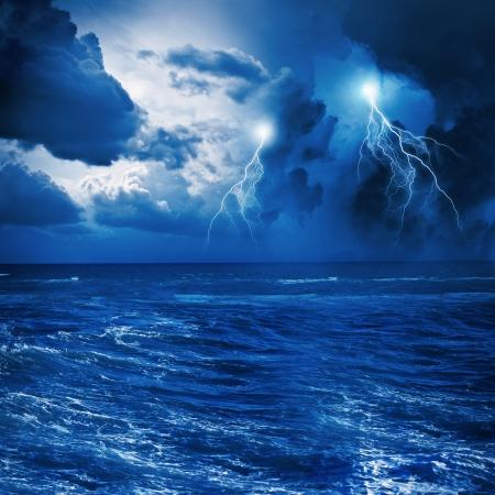Afbeelding van de nacht stormachtige zee met grote golven en bliksem Stockfoto