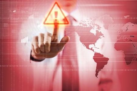 Imagen de hombre de negocios de tocar el icono de alerta de virus