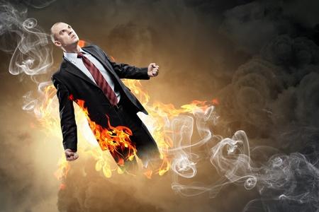 amok: Obraz młodego biznesmena z gniewu płonie w ogniu