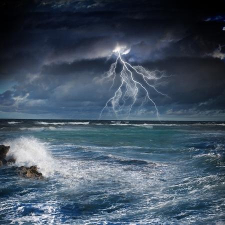 Afbeelding van de nacht stormachtige zee met grote golven en bliksem Stockfoto - 21388665