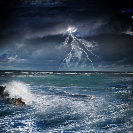cielo tormenta: Imagen de la noche mar tormentoso con grandes olas y los rayos Foto de archivo