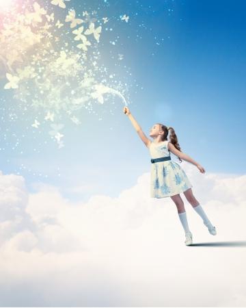 ni�as peque�as: Imagen de la ni�a que juega con las mariposas