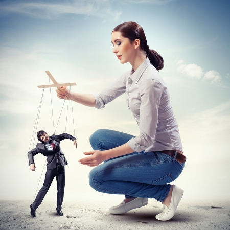 Afbeelding van mooie zakenvrouw poppenspeler concept van de leiding