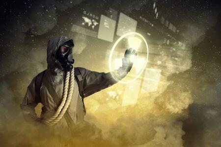 radiactividad: Imagen del hombre en la m�scara de gas y protector signo uniforme conmovedora radiactividad