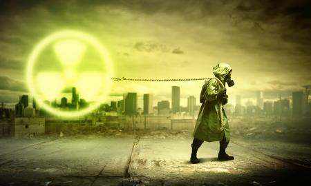 radiactividad: Hombre en el respirador contra concepto nuclear radiactividad de fondo Foto de archivo