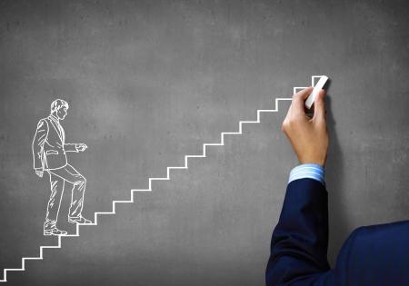 climbing stairs: Close up della mano umana disegno carriera scaletta con il gesso