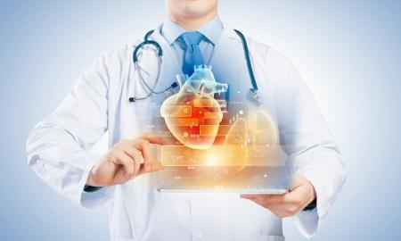 attacco cardiaco: Close-up del medico s corpo con tablet pc in mani