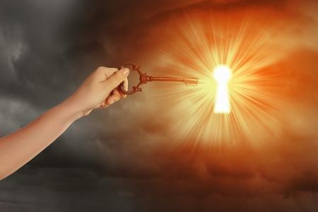 Cierre de la imagen de la clave de la inserción de la mano del hombre en el ojo de la cerradura