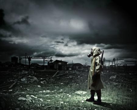 sustancias toxicas: El hombre en la máscara de gas y el camuflaje sosteniendo concepto Desastres arma