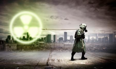 核バック グラウンド放射能概念に対する防毒マスクの男