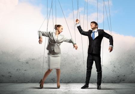 titeres: Imagen de los empresarios suspendidas de cuerdas como la fotograf?a conceptual marionetas Foto de archivo