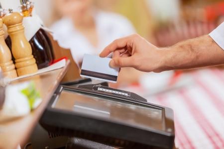 transaction: Close-up beeld van caissière mannelijke handen die kaart