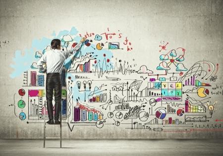 Achter mening van zakenman het tekenen van schets op de muur
