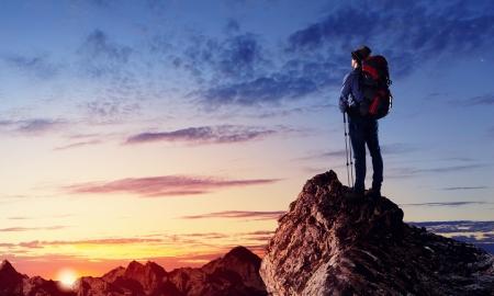 mountain climber: Immagine del giovane alpinista in piedi in cima di roccia Archivio Fotografico