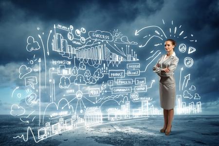gente exitosa: Imagen de la empresaria de pie contra el boceto de negocios