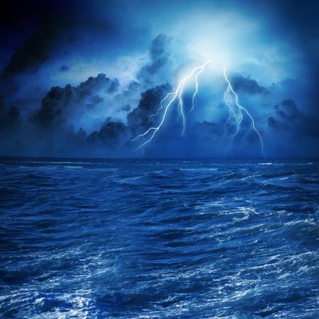 rayo electrico: Imagen de la noche mar tormentoso con grandes olas y los rayos Foto de archivo