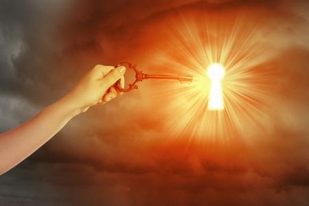 키 구멍에 인간의 손에 삽입 키의 이미지를 닫습니다 스톡 콘텐츠