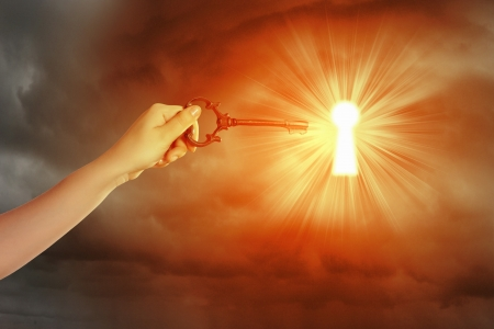 claves: Cierre de la imagen de la clave de la inserción de la mano del hombre en el ojo de la cerradura