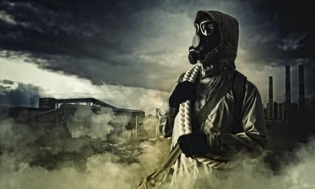 gasmasker: Man in gasmasker tegen ramp achtergrond Verontreiniging concept