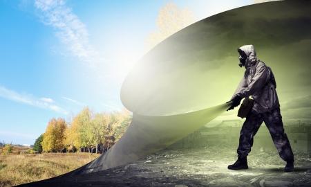Imagen del hombre en la máscara de gas girando la página Ecología concepto Foto de archivo - 21681083