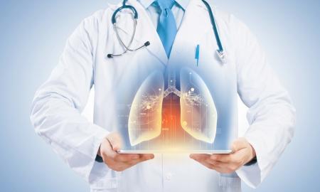 Close-up van de arts s lichaam met tablet pc in handen