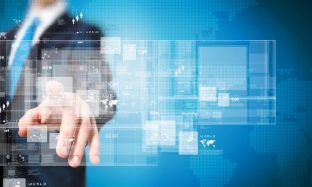 dotykový displej: Zblízka podnikatel ruka tlačí na ikonu na mediální obrazovce Reklamní fotografie