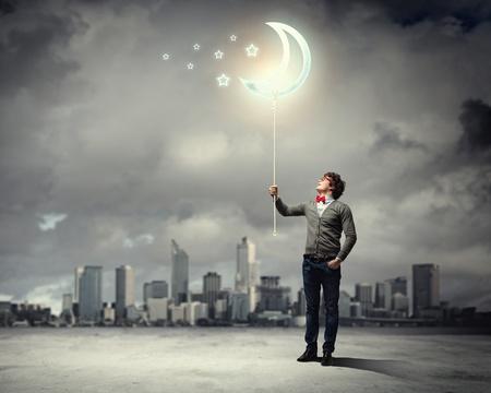 horizonte: Hombre joven y el s�mbolo de la luna contra el paisaje contaminado y ruinas
