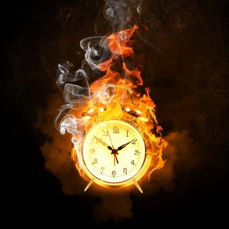 Wekker in vlammen tijdsgebrek Stockfoto