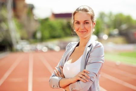 atleta corriendo: Empresaria director deportivo y ejecutivo en el estadio de atletismo y pista de carreras Foto de archivo