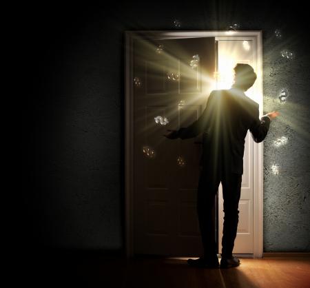 porta aperta: Immagine di giovane uomo d'affari in piedi con la schiena apertura porta contro dollaro sfondo sospiro