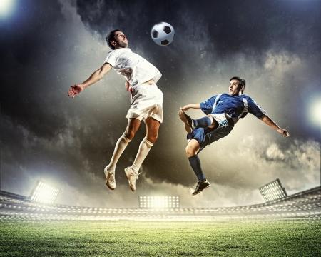 futbolistas: Imagen de dos jugadores de f?tbol en el estadio Foto de archivo
