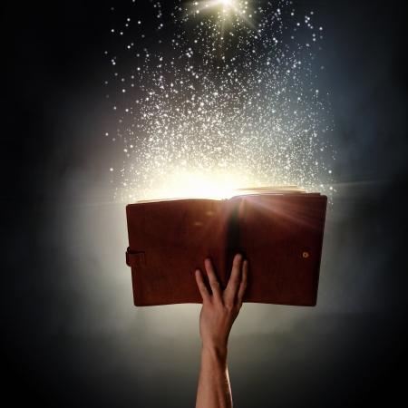 Close up van menselijke hand die heilige boek