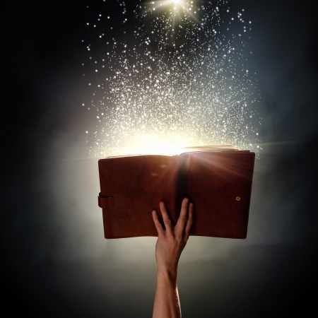 Primo piano di mano umana azienda santo libro Archivio Fotografico - 21846064