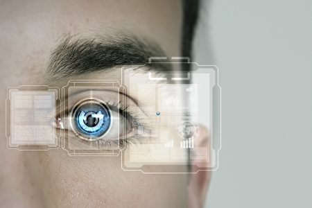 Close-up van mannelijk oog gescand op erkenning