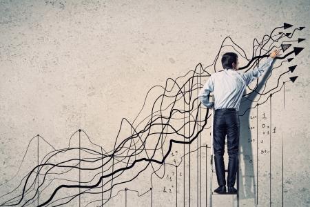 metas: Vista posterior de la imagen de gr?ficos de negocios de dibujo en la pared