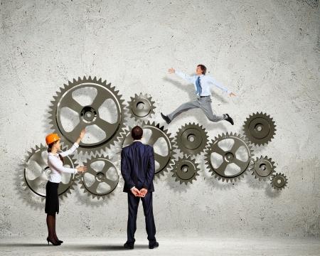 Homme d'affaires et femme d'affaires avec roue éléments concept Organisation rouage Banque d'images - 21930889