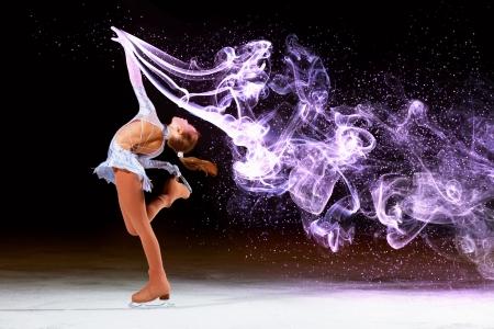 patinando: Ni�a de patinaje art�stico en el campo de deportes