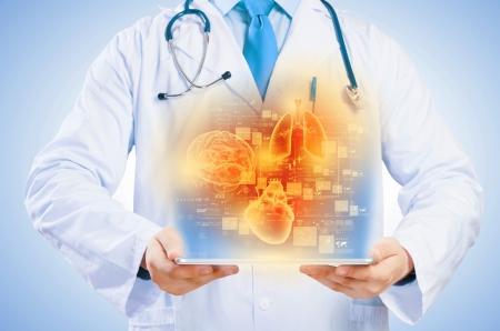 Close-up van arts s lichaam die tablet-pc met media illustratie