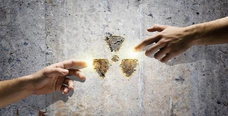 radiactividad: La interacci�n humana en la protecci�n de medio ambiente de la radiactividad Michelangelo touch Foto de archivo