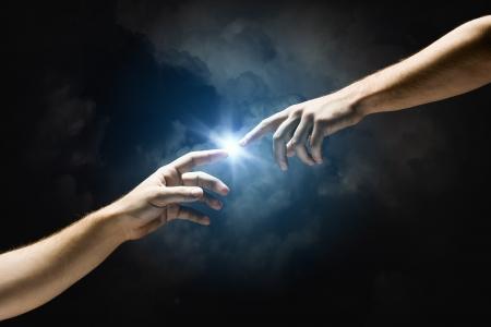 mano de dios: Touch Michelangelo Dios s Cierre de la mano del hombre tocando con los dedos Foto de archivo