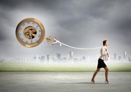 魅力的な実業家と懐中時計のビジネスのための時間のイメージ