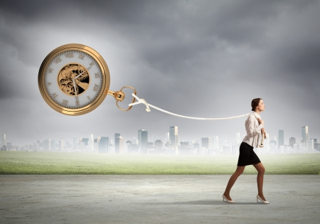 Afbeelding van aantrekkelijke zakenvrouw en zakhorloge Tijd voor het bedrijfsleven