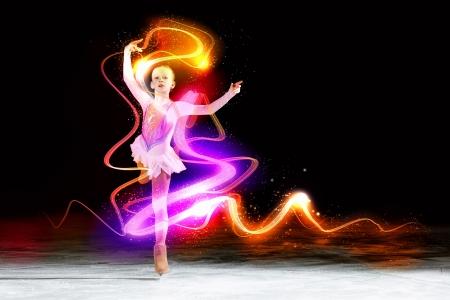 スポーツ アリーナで小さな女の子のフィギュア スケート 写真素材