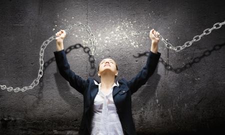 Image de la femme d'affaires en col�re cha�ne en m�tal de rupture
